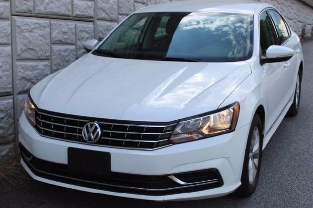 2016 Volkswagen Passat in Decatur, GA 30032 - 1855629